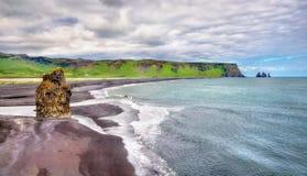 Reynisfjara, η μαύρη παραλία άμμου Vik στην Ισλανδία στοκ φωτογραφία με δικαίωμα ελεύθερης χρήσης