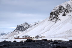 REYNISFJARA/ICELAND - 2月02日:Reynisfjara火山的Beac看法  免版税库存照片