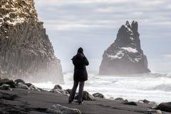 REYNISFJARA/ICELAND - FEBRUARI 02: Sikt av Reynisfjara vulkaniska Beac Arkivfoto
