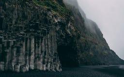 Reynisfjara no czerni piaska plażowy mgłowego i żadny ludzi bazaltowi szpaltowi sześciokątów kamienie Zdjęcie Royalty Free