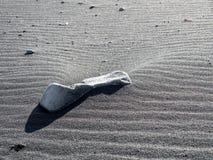 Reynisfjara noircissent la plage de sable dans Vik, Islande Photos stock
