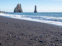 Reynisfjara noircissent la plage de sable dans Vik, Islande Images libres de droits