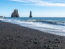 Reynisfjara noircissent la plage de sable dans Vik, Islande Photographie stock libre de droits