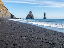 Reynisfjara noircissent la plage de sable dans Vik, Islande Images stock