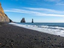Reynisfjara noircissent la plage de sable dans Vik, Islande Image stock