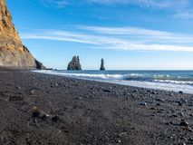 Reynisfjara noircissent la plage de sable dans Vik, Islande Photographie stock