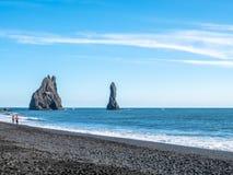 Reynisfjara noircissent la plage de sable dans Vik, Islande Image libre de droits