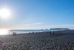 Reynisfjara noircissent la plage de sable dans Vik, Islande Photo libre de droits