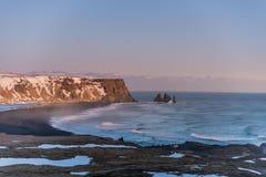 Reynisfjara o playa negra de la arena durante puesta del sol Imagen de archivo