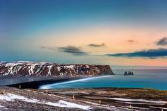 Reynisfjara plaża i Reynisdrangar rockowa formacja fotografia stock