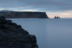 Reynisfjara, praia preta da areia Foto de Stock