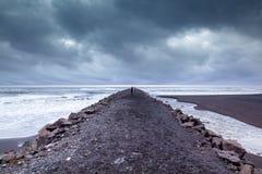 Reynisfjara-Schwarzsand-Strandperspektive bei Vik Lizenzfreie Stockfotos
