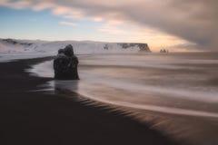 Reynisfjara sneeuwde strand in de winter, in IJsland Royalty-vrije Stock Afbeelding