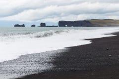 Reynisfjara strand- och Dyrholaey udde i Island Royaltyfri Foto