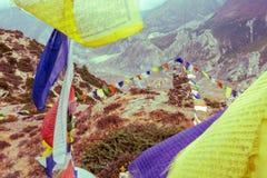 Rezando bandeiras com o stupa no fundo Imagens de Stock