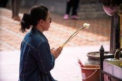 Rezando e pagando respeitos em Doi Suthep Temple Fotografia de Stock