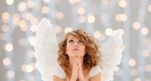 Rezando a menina adolescente ou a jovem mulher do anjo Imagem de Stock Royalty Free