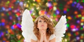 Rezando a menina adolescente ou a jovem mulher do anjo Fotografia de Stock Royalty Free