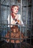 Rezando a mulher bonita do steampunk na gaiola Imagens de Stock Royalty Free