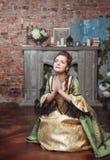 Rezando a mulher bonita no vestido medieval Fotos de Stock Royalty Free