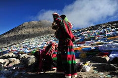 Rezando a mulher de Tibetant na montanha Kalas Fotos de Stock Royalty Free