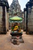 Rezando o altar da peça do templo de Bayon da ruína antiga de Angkor Wat, Camboja Fotos de Stock Royalty Free