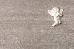 Rezando o anjo no fundo de madeira cinzento Imagem de Stock Royalty Free