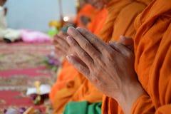 Rezar, as monges na cerimônia tailandesa Fotografia de Stock