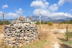 Rezar a bandeira, vila da minoria étnica Fotografia de Stock Royalty Free