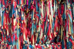 Rezar budista tailandês na árvore sagrado com as 3 fitas das cores em Ko Imagem de Stock