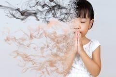 Rezar chinês pequeno asiático da menina Fotografia de Stock