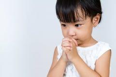 Rezar chinês pequeno asiático da menina Imagem de Stock