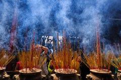 Rezar chinês no templo, Vietname Imagem de Stock Royalty Free
