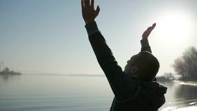 Rezar curando, fé no deus, homem fisicamente deficiente lê a Bíblia, fé video estoque