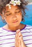 Rezar da criança de Angelic African American Female Girl imagem de stock