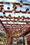 Rezar a decoração de madeira, vila da minoria étnica Fotos de Stock