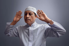Rezar muçulmano velho do homem Imagens de Stock Royalty Free