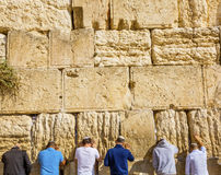 Rezar na parede lamentando do ` do ` ocidental do Jerusalém Israel do templo antigo Imagem de Stock