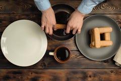 Rezept des Kochens eines Nachtischs von Tiramisu, Teil 6.: 'Keksimprägnierung im Kaffee ' stockfotografie