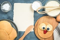 Rezept für Pfannkuchen mit lustigem Gesicht für Kinder Stockbild