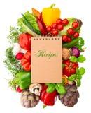Rezeptbuch mit Gemüse und Kräutern Lizenzfreie Stockbilder