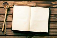 Rezeptbuch mit rührenden Löffeln Stockfoto