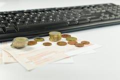 Rezepte und Bargeld, Einrichtungsmedikationen der on-line-Apotheke lizenzfreies stockbild