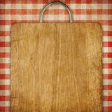 Rezepthintergrundbrotschneidebrett über rotem Ginghampicknick tablecoth Stockfotografie