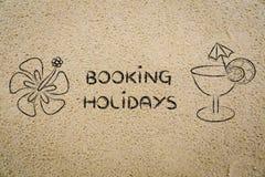 Rezerwaci wakacji, koktajlu i kwiatu ilustracja na piasku, Fotografia Royalty Free