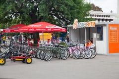 Rezerwacja bicykle dla czynszu w rosjanina Powystawowym centrum i biuro Zdjęcie Stock