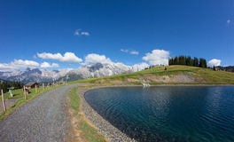 Rezerwat Wodny jezioro Przy Bà ¼ rgl Alm W Dienten Am Hochkönig W Salzburg Austria Zdjęcie Stock