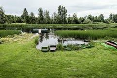 Rezerwata Przyrody krajobraz, Kilka łodzie na wybrzeżu rzeka Fotografia Stock