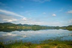 Rezerwuar otacza górami i dramatyczny Zdjęcia Royalty Free