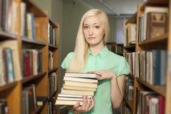 rezerwuje żeńskiego mienia bibliotecznego studenckiego uniwersyteta Fotografia Royalty Free